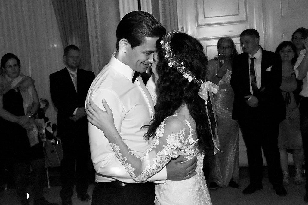 Verliebt in das Brautpaar